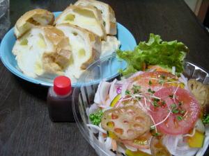 ポールボキューズのパンとマクロビ惣菜+bのサラダ